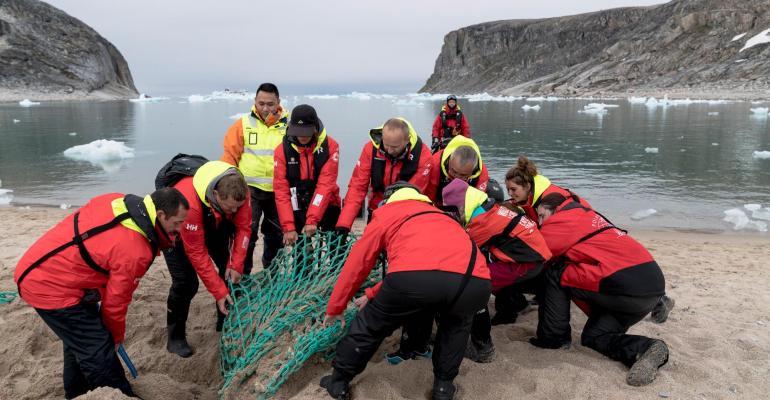 beach cleanup (photo - chelsea claus:hurtigruten)